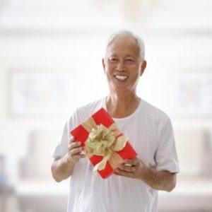 Держать подарок