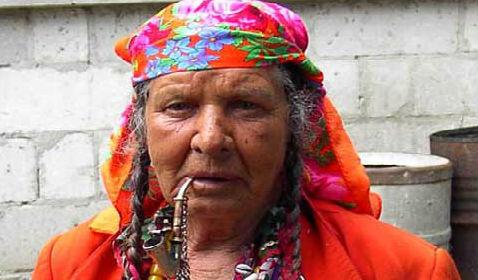 Беременная цыганка гадает
