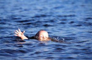 Вытягивать ребенка из воды