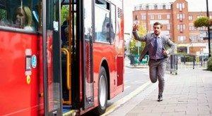 Бежать к автобусу