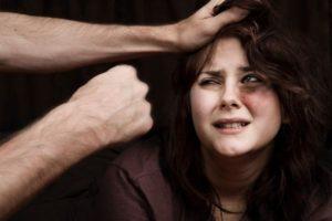 Избивать женщину