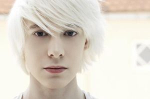 Мужчина с белыми волосами