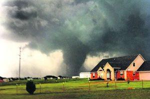 Торнадо рушит все
