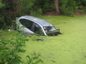 Затонувшее авто в болоте