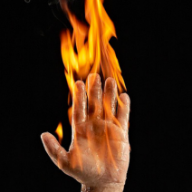 рука в пламени