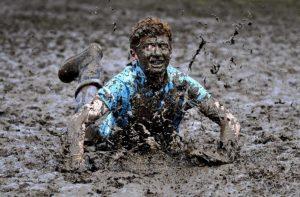 В грязи