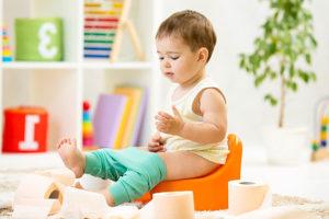 Приучать малыша к горшку